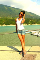 magenta floral wedges - denim shorts - round leopard H&M sunglasses