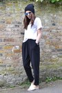 Blue-mirrored-h-m-sunglasses-white-cotton-zara-t-shirt-black-loose-h-m-pants