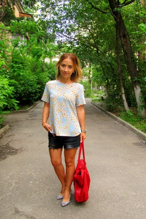 white Bershka shoes - red Stradivarius bag - black Bershka shorts