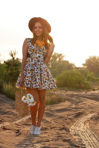 yellow daisy handmade ring - orange daisy print Chicwish dress