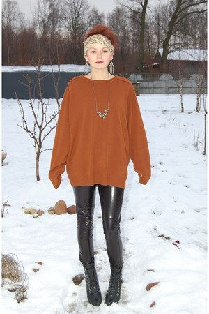 vintage necklace - black cafe moda boots