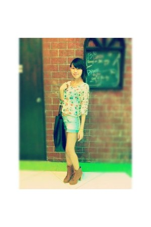 cream floral print top - tawny boots - black plain Fourskin bag