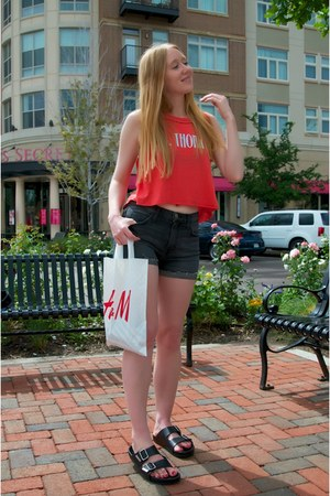 dark gray denim Current Elliott shorts - red crop Wildfox top