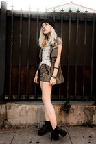 olive green Young Hungry Free vest - bronze shopakira shorts
