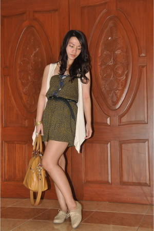 beige boat shoes Cole Vintage shoes - tawny Tignanello bag - beige Just G vest -