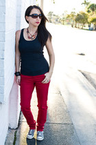 red skinny jeans jeans - gray tank top shirt - heather gray sneakers