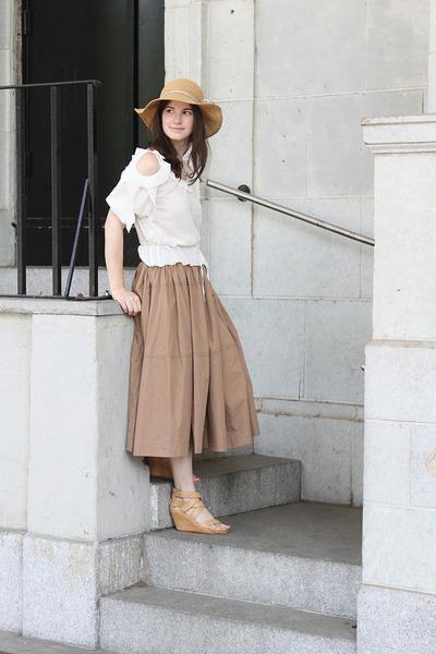 tan Comptoir des Cotonniers hat - white Comptoir des Cotonniers shirt - tan Uniq