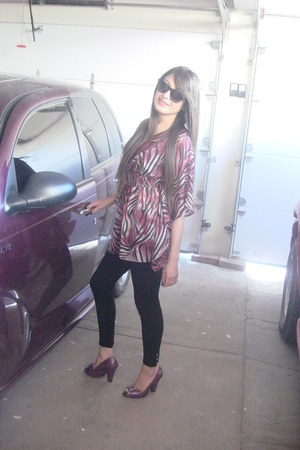 H&M leggings - Ray Ban sunglasses - blouse - Aldo heels