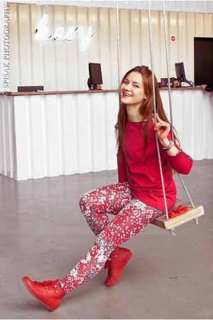 red Cahlo leggings - red Saska Fashion blouse - red Hunters sneakers