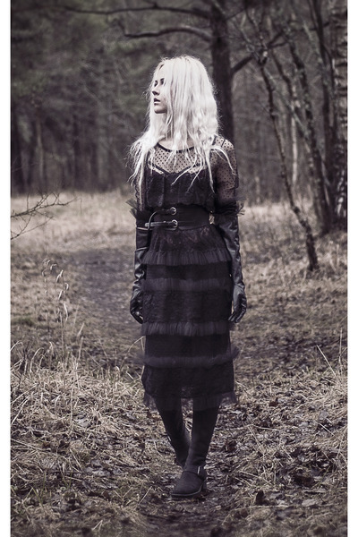 black nubuck leather Clarks boots - black lace midi dress - black gloves