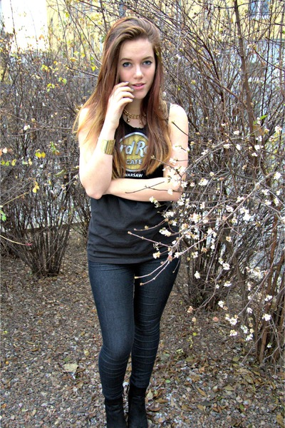 black Hard Rock Cafe shirt - gold necklace - black Zara heels - gold bracelet