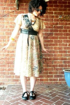 yellow diva bracelet - black leghorn shoes - beige thrifted dress
