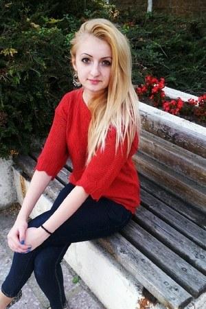 red blouse - skinny New Yorker jeans - Deichmann flats