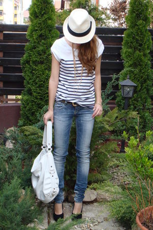 white Zara t-shirt - black random shoes - blue pull&bear jeans