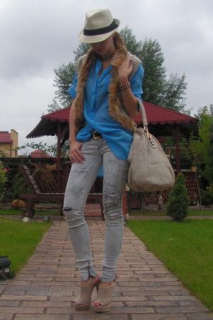 beige random brand vest - beige random italian shoes - gray Bershka jeans