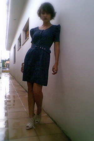 beige shoes - navy dress - navy belt