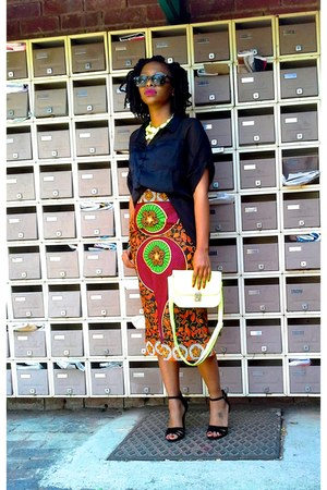 african print skirt - black high low shirt - Ray Ban sunglasses - neon necklace