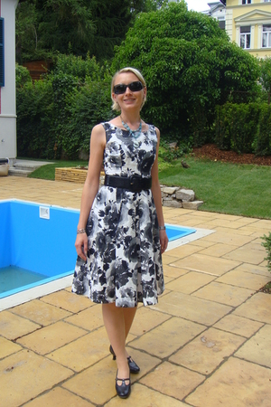 H&M dress - Max & Co belt - Paul Green shoes