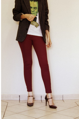 green printed Chico Rei shirt - white shirt - maroon burgundy leggings
