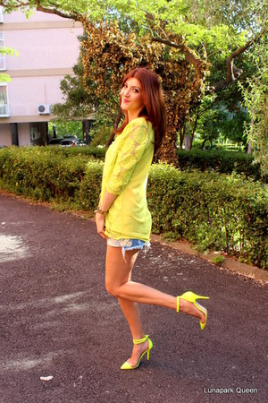 yellow Pumps Up heels - periwinkle Bershka shorts - yellow OASAP top