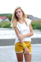 mustard Dailylook shorts - white Dailylook t-shirt