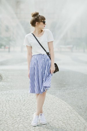 blue romwe skirt - ivory Sinsay top - white Converse sneakers