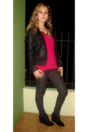 black boots - black couro jacket - hot pink top