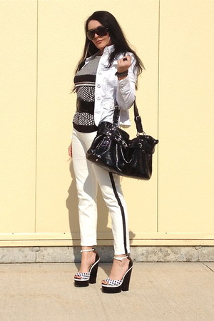 black bag - black sandals - white Zara pants
