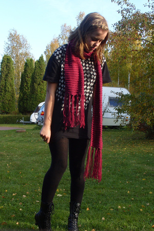 hlns accessories scarf - hlns man t-shirt - H&M tights - Von shoes