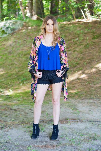 floral kimono cardigan - black boots - black crochet shorts shorts
