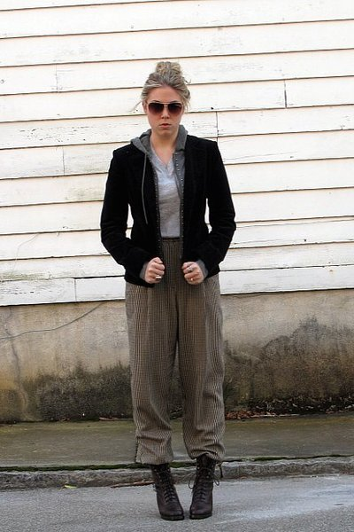 blue BCBG blazer - gray t-shirt - brown vintage pants - brown vintage boots - br