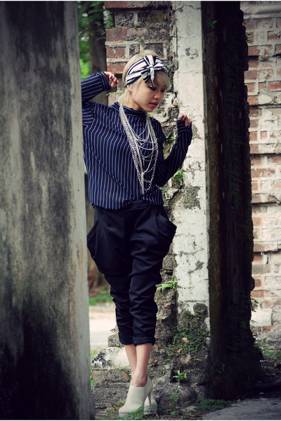 blue Mums top - black taiwan pants - beige Charle&amp;Keith shoes - white Club Monac