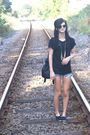 Black-decathalon-shoes-black-pull-and-bear-top-blue-shorts-black-sfera-bag