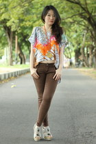 tie dye top - dark brown skinny jeans - heather gray Charles & Keith wedges