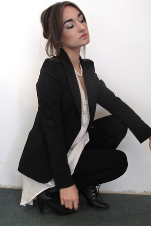 black Zara blazer - white Zara blouse - black Zara leggings - Deena&Ozzy shoes
