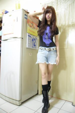 black t-shirt - blue shorts - black Dr Martens boots