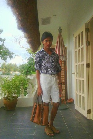 cotton no brand shirt - leather tote rabeanco bag - cotton no brand shorts