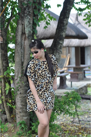 leopard dress - Oakley sunglasses