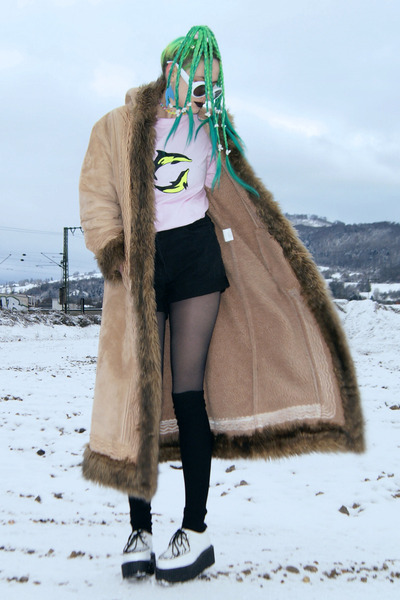 White-creepers-demonia-shoes-light-brown-faux-fur-vintage-coat