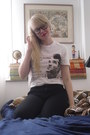 Black-gina-tricot-jeans-white-urban-outfitters-t-shirt-black-ray-ban-glasses
