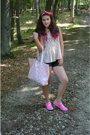 hot pink boots - cream bag - hot pink bag - cream t-shirt - black pants