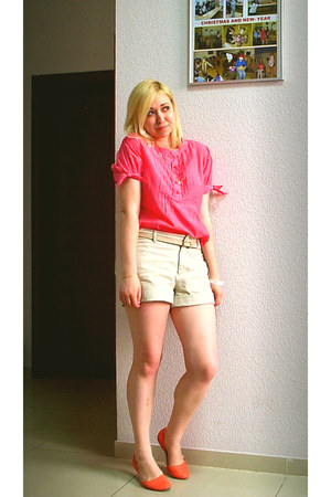 salmon silk and cotton blouse - beige cotton Gap shorts