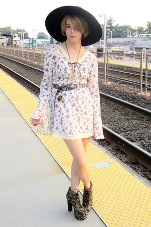 ivory flower printed dress - black wide-brim hat