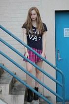 navy ca va t-shirt shirt - black boots - hot pink tartan skirt skirt