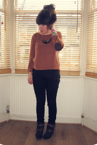 gold Primark necklace - black ankle Hudson boots - black Levis jeans