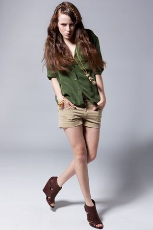 Equipment blouse - dylan george shorts - Kenneth Jay Lane necklace - Elizabeth a