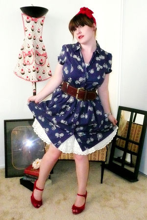 blue Porridge dress - white vintage intimate - brown belt - red Report shoes