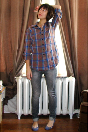blue unknown brand shoes - gray Apple Bee Shirts shirt - gray H&M jeans