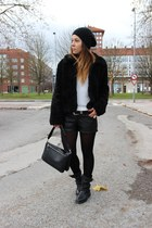 New Yorker hat - Zara bag