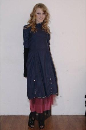 navy dress - black gloves